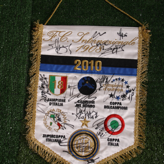 Gagliardetto Internazionale 2010 autografato